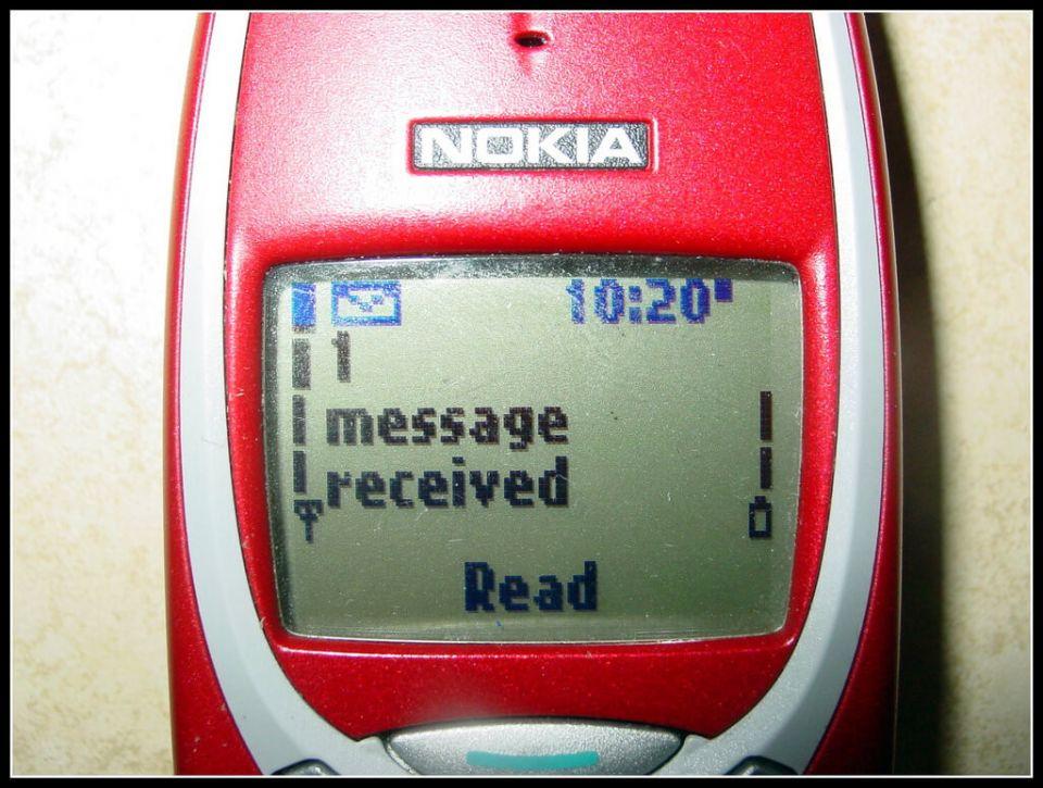 """SMS ile mesajlaşma 25 yaşında! İlk text mesajı 3 Aralık 1992'de """"Merry Christmas"""" olarak İngiltere'de Vodafone GSM şebekesi üzerinden gönderildi. Tabii o dönem telefonlar yalnızca mesajları alabiliyor, gönderemiyorlardı. O yüzden Papworth şirketi Vodafone'un o zaman direktörü olan Richard Jarvis'e ait bir bilgisayarı kullanarak Orbitel 901 ahize telefona mesajı gönderebildi."""