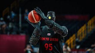 Japanese basketball robot wows at half-time of USA-France game 👀